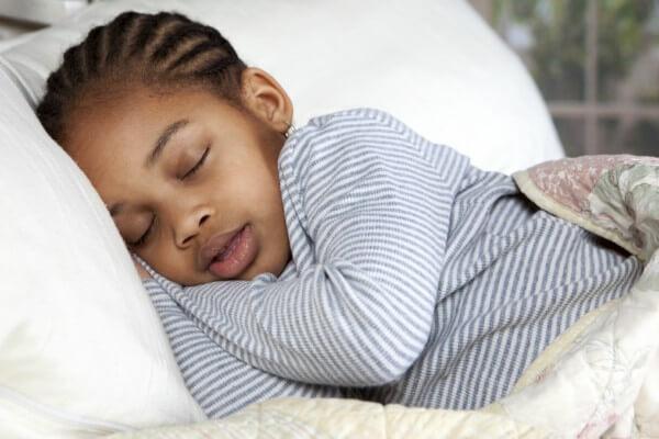 Como reestabelecer a rotina de sono das crianças na volta às aulas